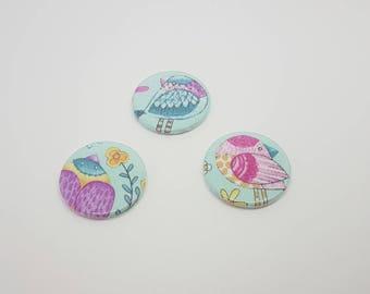 Lot de 3 magnets en tissu Michael Miller très lumineux avec oiseaux. Aimant rond diamètre 38 mm.