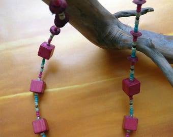 Necklace cubic wood turquoise and fuchsia