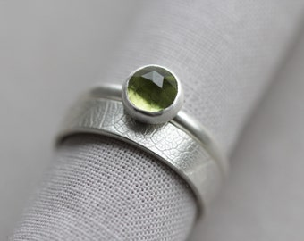 tree leaf print ring. intricate pattern band. peridot gemstone. sterling silver jewelry. organic nature stacking ring. (forest daughter.)