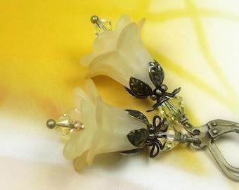 Boucles d'oreilles Boho Chic Style Vintage jaune clair fleur, boucles d'oreilles fleur de cristal Swarovski, écru, cadeau pour elle, antique en laiton,