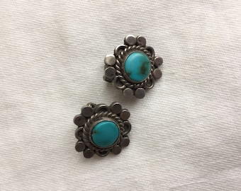 Round turquoise clip earrings -- 847
