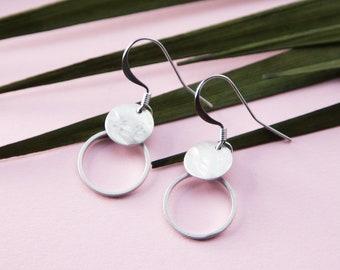 Ohrring Ohrhänger Kreis klein mit gehämmertem Plättchen in Rhodium veredeltem Messing. Silberfarbig. LemonandPink