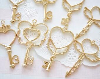 5 pcs  Open Bezel Charm /Heart Keys AZ609