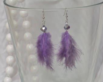 Boucles d'oreille plume parme et perle de verre à facettes