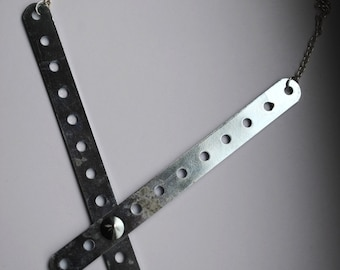 crossed . lines . necklace