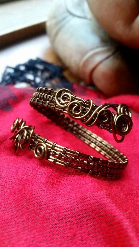 VERKAUFT von alten Draht Bindung Armmanschette in Kupfer