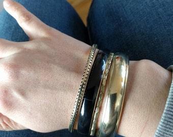 VINTAGE smalle messing bangle armbanden met mooie hamerslag en designs. Zowel los of als setje te bestellen!