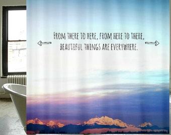 Rideau de douche tissu - photographie originale par RDelean Designs - montagnes, neige, forêt, forêts, PNW, nature, plein air, typographie