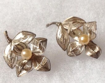 Vintage! Spun silver tone wire faux pearl clip on earrings - vintage.