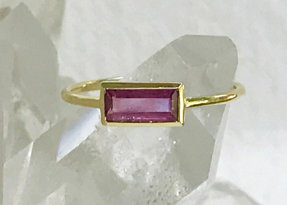 Untreated ruby horizon ring in 18k gold