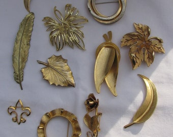 Group of 11 Retro Gold Brooches, Scatter Pins, Leaves, Rose, Fleur de Lis, Open Circles