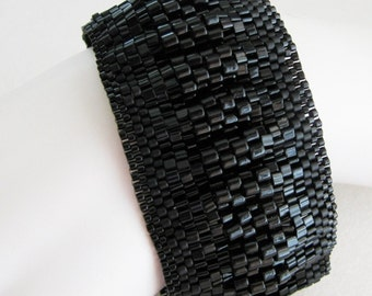 Smocked Peyote Bangle in Black (2521) - A Sand Fibers Creation