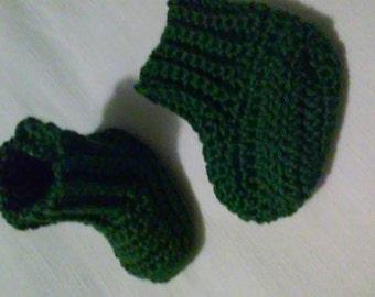 Crochet newborn size booties in dark green, forest green baby booties, newborn photography prop, baby booties, baby slippers, baby shoes,boy