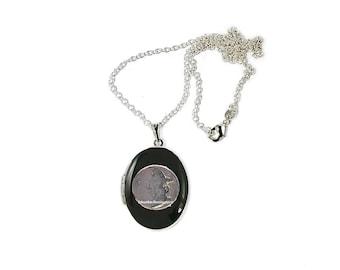 Lune et étoiles médaillon incrusté peinte à la main en émail noir collier d'inspiration céleste personnalisé et Options de couleur