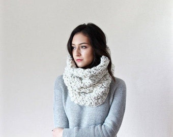 Le Port - WHEAT // Chunky Knit Lace Cowl. Neckwarmer, Snood, circle scarf Shawl