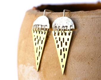 Boucles d'oreilles tribales triangle, boucles d'oreilles Tribal, réticulés de boucles d'oreilles argentées, boucles d'oreilles, boucles d'oreilles en laiton et argent