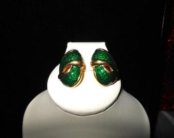 Lovely Vintage Emerald Green Gold tone earrings
