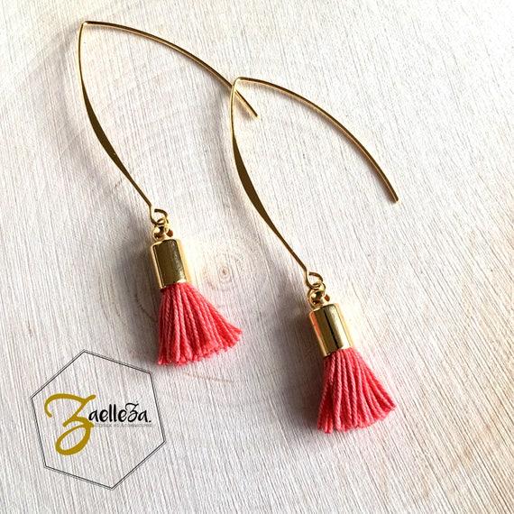 """Boucles d'oreille pompon Corail / crochet doré / perles - modèle """"Holika"""" Coll. HOLI // Zaelleza -"""