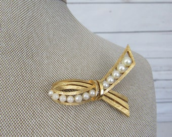Vintage Signed TRIFARI Faux Pearl Gold Tone Brooch Pin Ribbon Design