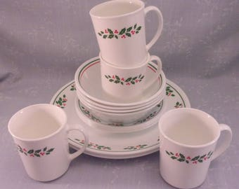 16 Piece Vintage 1991 Christmas Dinnerware Set for 4. Corelle by Corning in Winter Holly Green Band with Berries Discontinued Pattern. Qkda