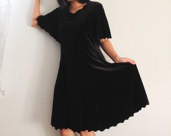 Vtg womens black velvet dress with scalloped hem