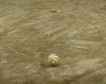 Wire Necklace with White Pearl Cluster Ball (Κολιέ από Ατσαλόσυρμα με Λευκή Μαργαριταρένια Μπάλα)