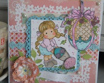 Belle carte de Pâques avec une fillette et oeufs décorés