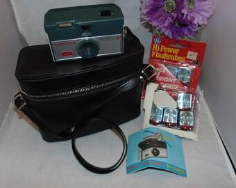 Vintage 1965 Kodak Hawkeye Instamatic R4 Camera plus case and flash bulbs