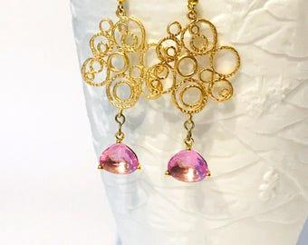 Lunghi orecchini pendenti con disegno a bolle in ottone dorato e pendente color lavanda con castone placcato oro.