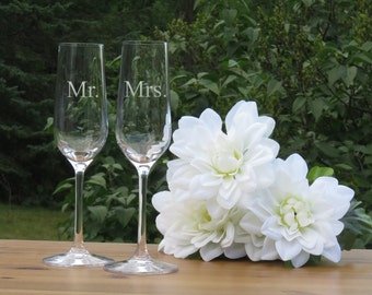 Mr. and Mrs. Crystal Champagne Glasses / Set of 2 / Engraved Lead Free Champagne Flutes / Bride and Groom Toasting Glass / Wedding Glasses