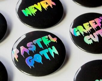 Großer 50 mm Holografischer Button Nadelbutton - schwarz silber regenbogen - Pastel Goth Stil - verschiedene Designs