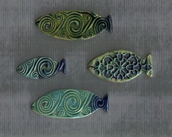 Turquoise, green and cobalt blue mixed ceramic fishes - 4 pieces - mosaic fish tiles with Celtic pattern - 4.5 cm x 2 cm
