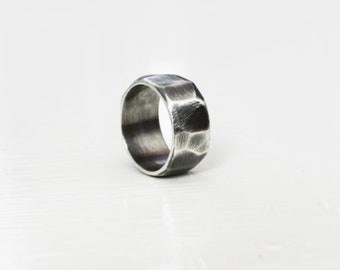 Oxidised faceted ring