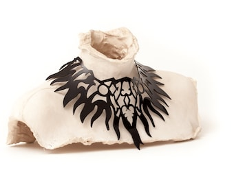 Large and very striking necklace to not go unnoticed! Fire in black