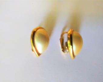 Vintage Trifari Earrings / Pearl Earrings / Clip Earrings / Trifari Jewelry / Designer Jewelry / Designer Earrings/ Trifari  Clip Earrings!!