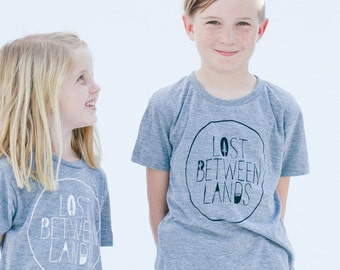 Perdu entre terres t-shirt sérigraphié enfant t-shirts enfants mode wanderlust aventureux voyage se promener les enfants shirt anniversaire cadeau hipster kid