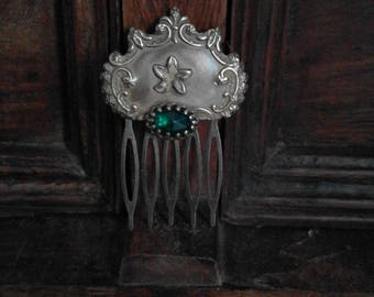 Beautiful vintage gold plated comb with flower motif and green stone