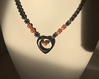 Collier coeur ouvert hématite fait à la main avec des Accents d'Orange Pastel