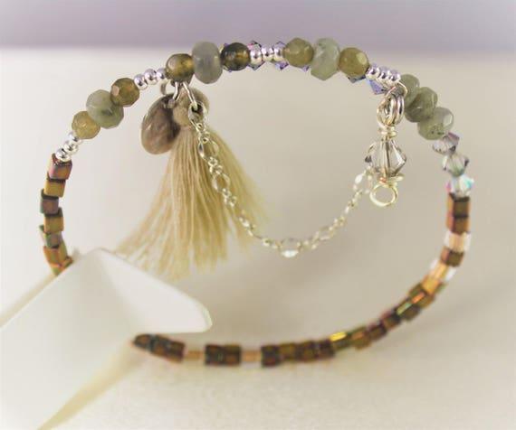 bracelet mémoire labradorite, perles cristal swarovski, rocailles et breloques