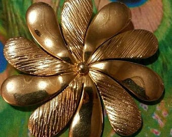 Vintage golden daisy brooch pin Flower gold tone