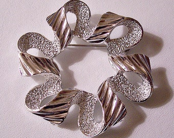 Frosted Swirl Rib Pin Brooch Silver Tone Vintage Open Loops Large Ribbon Raised Ridges