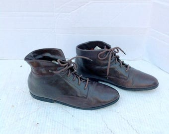 sz 8n vintage brown leather lace up ankle boots DANEXX lable