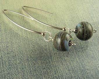 Sterling Silber lange Murano Glas Perlenohrringe in Stonewashed Jeans blau mit versilberten Elfenbein