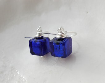 Cobalt en verre de Murano Cube boucles d'oreilles, boucles d'oreilles 8mm