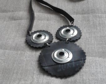 Room and air and aluminum rings necklace