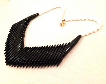 LUCITE Solid Black White Lucite Plastic Beaded Bold Feather V Design Native Modernist Necklace Vintage Jewelry artedellamoda Talkingfashion