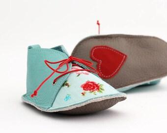 MISS ROSE zapatitos de bebé de estilo moderno, en piel natural y tela de algodón