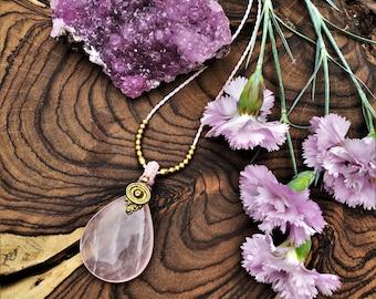 Pink Rose quartz, macrame rosequartz, macrame necklace, necklace rosequartz, anneroza, brass beads, bohemian look, love stone, healing gem
