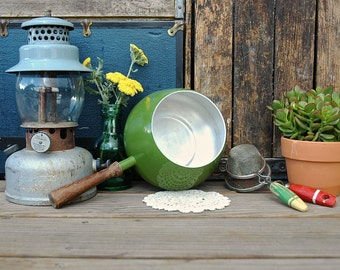 Pot métal rétro Vintage émail vert avocat avec manche en bois rétro Fondue Pot métal émaillé Mod au milieu du siècle