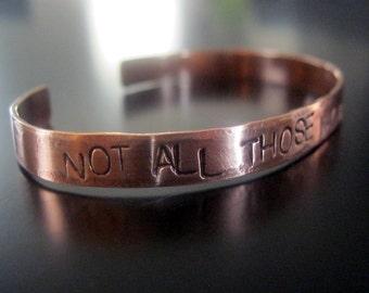 Nicht alle diejenigen, die Wandern gehen verloren... Handgeschliffenes, Handstamped Kupfer Manschette Armband